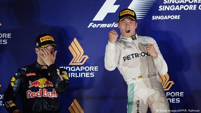 Nico Rosberg (r.) ballt neben Daniel Ricciardo (l.) auf dem Siegerpodest vor Freude die Faust (Foto: Getty Images/AFP/R. Rahman)