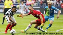 17.09.2016 Frankfurt's Marco Fabian, Leverkusen goalkeeper Bernd Leno and Leverkusen's Kevin Kampl, from left, challenge for the ball during a German first division Bundesliga soccer match between Eintracht Frankfurt and Bayer Leverkusen in Frankfurt, Germany, Saturday, Sept. 17, 2016. (AP Photo/Michael Probst) | Copyright: picture-alliance/AP Photo/M. Probst