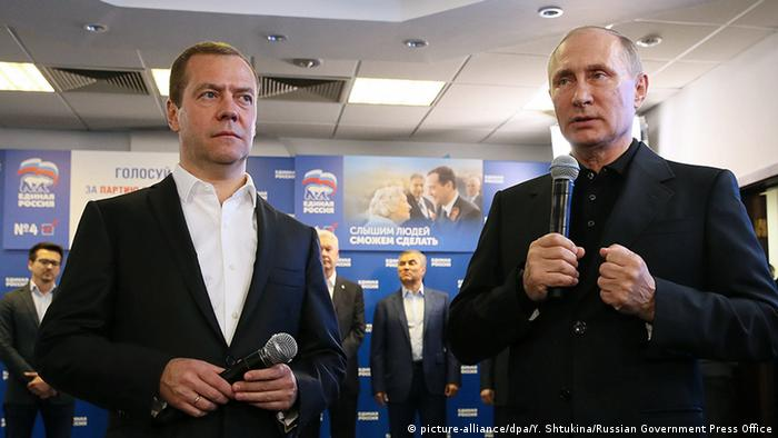 Russland Parlamentswahlen Putin und Medwedew Wahlparty (picture-alliance/dpa/Y. Shtukina/Russian Government Press Office)