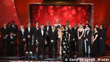 18.09.2016 ++++ LOS ANGELES, CA - SEPTEMBER 18: Writer/producers David Benioff and D.B. Weiss (both center, at microphone) with production crew accept Outstanding Drama Series for 'Game of Thrones' onstage during the 68th Annual Primetime Emmy Awards at Microsoft Theater on September 18, 2016 in Los Angeles, California. Copyright: Getty Images/K. Winter