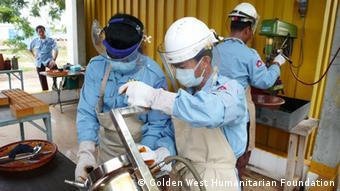 Landminen in Kambodscha - Arbeiter bereiten explosive Einheiten zur Zündung gefundener Minen vor
