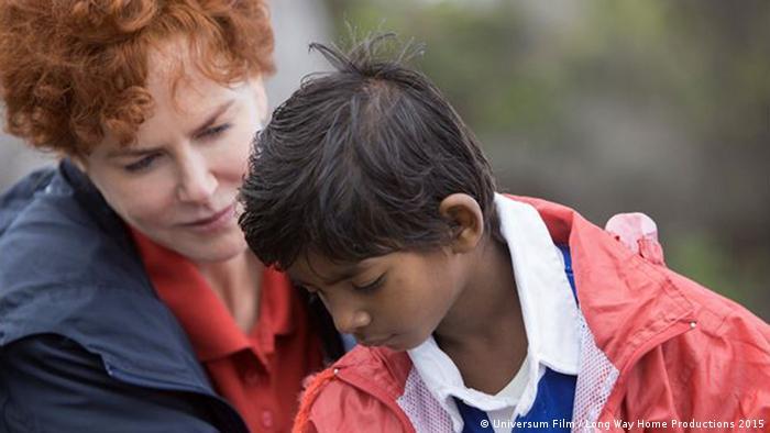 Filmstill Lion Nicole Kidman und Sunny Pawar, indischer Junge mit australischer Adoptivmutter im Gespräch (Universum Film / Long Way Home Productions 2015)