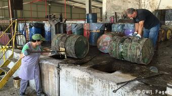 Οι εργασίες στο εργοστάσιο επεξεργασίας φυσικής ρητίνης στο χωριό Βιεϊρίνιος, στις ακτές της κεντρικής Πορτογαλίας, είναι εντατικές
