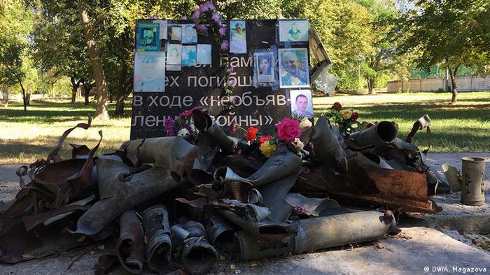 Погибших горожан в Авдеевке почтили импровизированным мемориалом