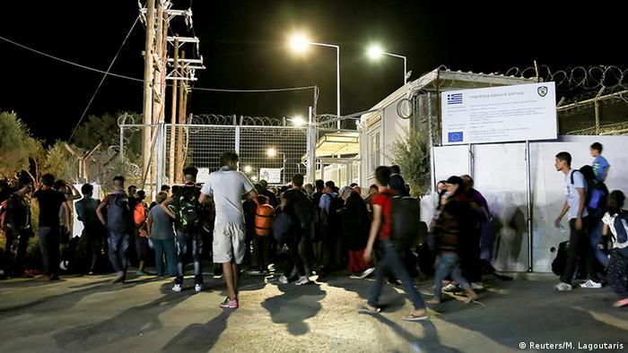 Беженцы у ворот закрытого в связи с пожаром лагеря на Лесбосе