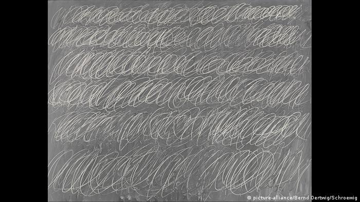 Cy Twombly grey painitng with scribbles. Copyright: picture-alliance/Bernd Oertwig/Schroewig