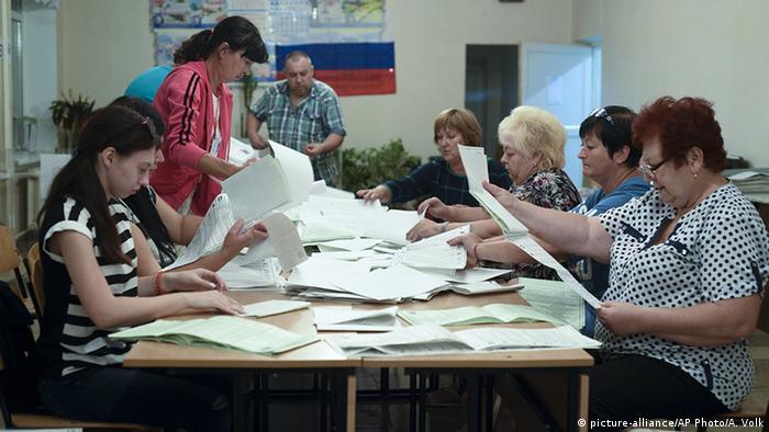 Подсчет голосов в избирательной комиссии в Симферополе
