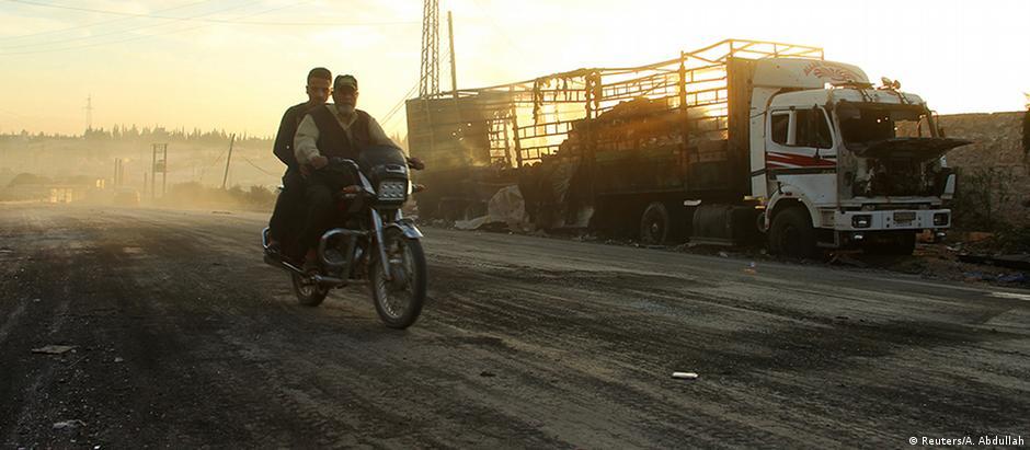 Caminhão de ajuda humanitária que foi destruído perto da cidade de Urum al-Kubra, no oeste de Aleppo