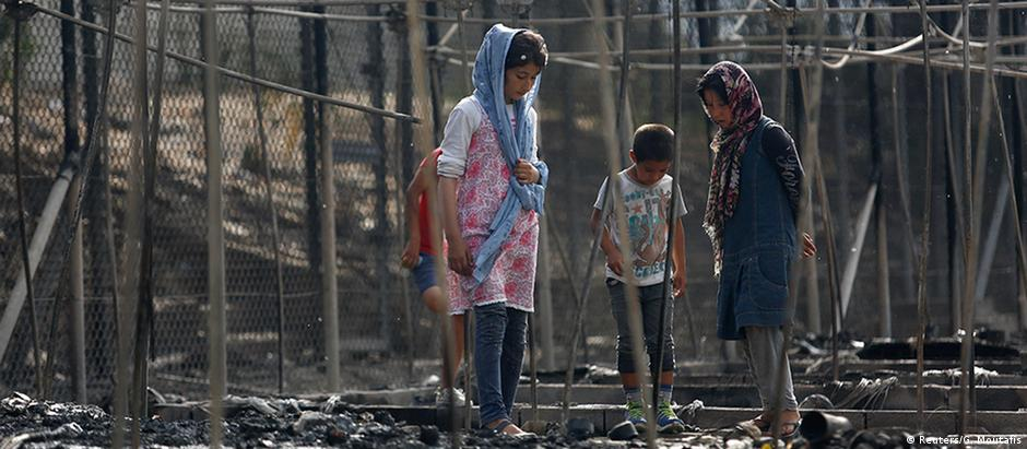 Greve de fome no campo de Moria resultou em atos de violência e num incêndio que destruiu 60% do local