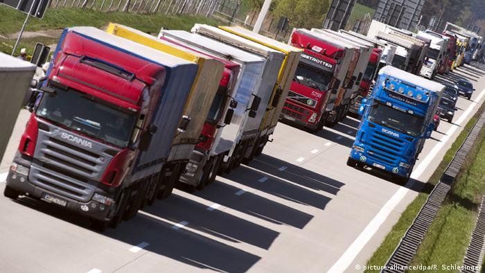 Deutschland Lastkraftwagen auf der Autobahn