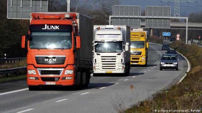 Большегрузы едут по автобану A7 в Германии