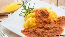 Polenta mit Tomatensauce; Copyright: Colourbox