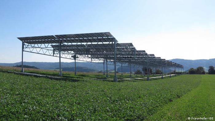 Solaranlage auf einem Feld in fünf Meter Höhe. Darunter ist es grün. Foto: Fraunhofer ISE