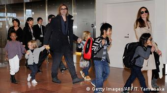 Japan Angelina Jolie Brad Pitt und sechs Kinder (Getty Images/AFP/T. Yamanaka)