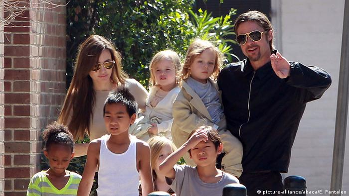 Angelina Jolie and Brad Pitt und sechs Kinder (picture-alliance/abaca/E. Pantaleo)