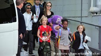 Angelina Jolie mit Kindern (picture-alliance/dpa/M. Tsikas)