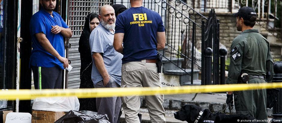 Mohammed Rahami com agentes do FBI
