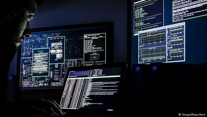 Symbolbild Hacker Datendiebstahl Überwachung Computer
