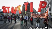 20 September 2016, Illustration picture shows a protest against the TTIP (Transatlantic Trade and Investment Partnership) and CETA (Comprehensive Economic and Trade Agreement) trade agreements between the EU, US and Canada, Tuesday 20 September 2016, in Brussels. BELGA PHOTO THIERRY ROGE   (c) picture-alliance/dpa/T. Roge
