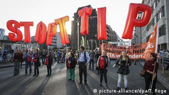 Διαδήλωση στις Βρυξέλλες κατά των εμπορικών συμφωνιών με ΗΠΑ και Καναδά