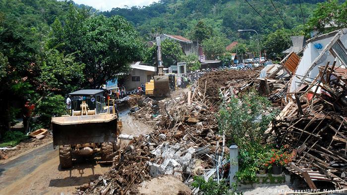 Indonesien Erdrutsch nach Überschwemmung (Getty Images/AFP/T. Matahari)