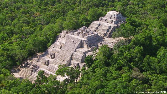 Ruinen der Maya-Stadt Calakmul aus der Vogelperspektive.