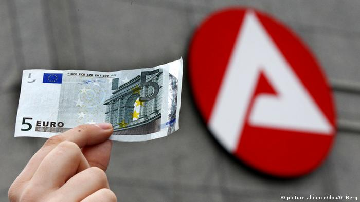 A five euro note pointed in front of a German minsitry for labour