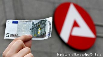 Deutschland Fünf-Euro-Schein Logo der Agentur für Arbeit (picture-alliance/dpa/O. Berg)