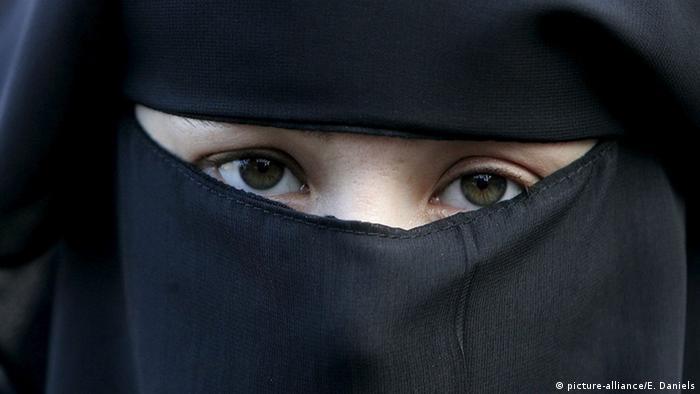Den Haag Verbot einer Vollverschleierung 2006 Burka (picture-alliance/E. Daniels)