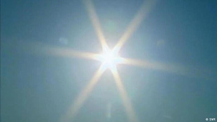صنفت الدراسة الحساسية من أشعة الشمس في المرتبة العاشرة، إذ يحمر الجلد بعد التعرض لأشعة الشمس، في بعض الحالات الأسوأ تتشكل فقاعات مؤلمة على الجلد. ومن أجل الوقاية من آثار الحساسية من أشعة الشمس يجب دهن الجلد بالكريمات الواقية من أشعة الشمس.