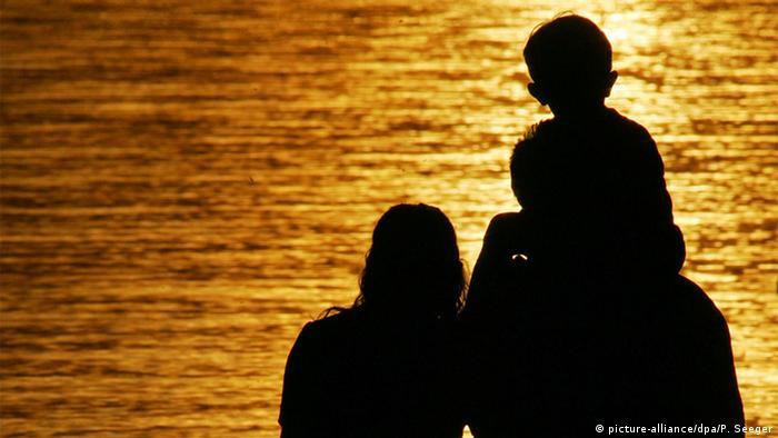 Symbolbild Familie und Sonnenuntergang