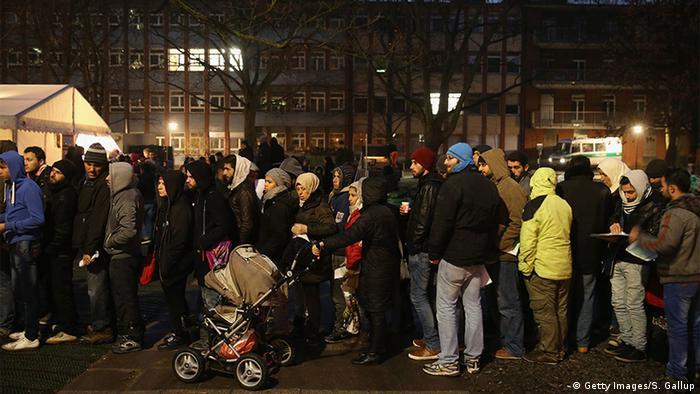Deutschland Flüchtlinge kommen an der ZAA in Berlin an (Getty Images/S. Gallup)