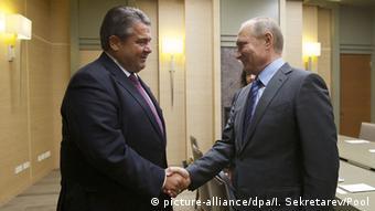 Зіґмар Ґабріель (ліворуч) запевняє, що на зустрічах із Путіним переконує у важливості збереження транзиту Україною