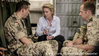 Bundesverteidigungsministerin Ursula von der Leyen Auf dem Weg nach Irak