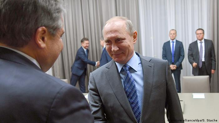 Владимир Путин жмет руку Зигмару Габриэлю в Москве 21.09.2016