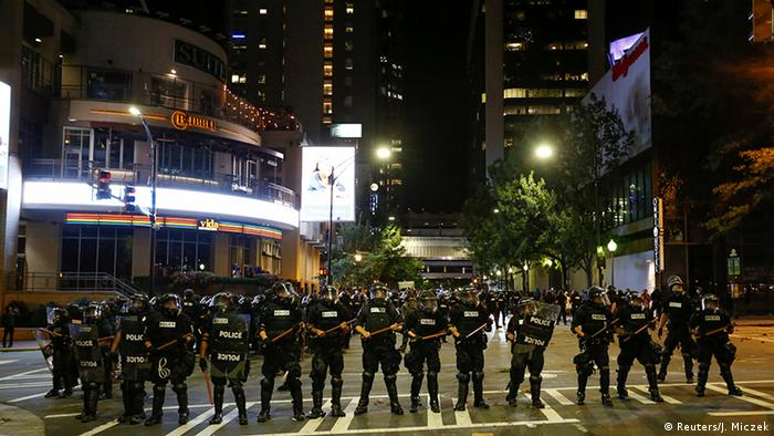 Polizeikette in Charlotte (Foto: Reuters)