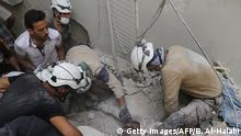 Syrian civil defence volunteers, known as the White Helmets, dig a body from the rubble of a building following a reported air strike by Syrian government forces in the rebel-held neighbourhood of Qatirji on June 5, 2016. +++ (C) Getty Images/AFP/B. Al-Halabi