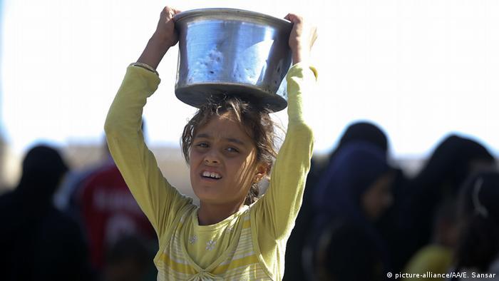Syrien Krieg - Lebensmittel - Mädchen mit Eimer in Aleppo (picture-alliance/AA/E. Sansar)