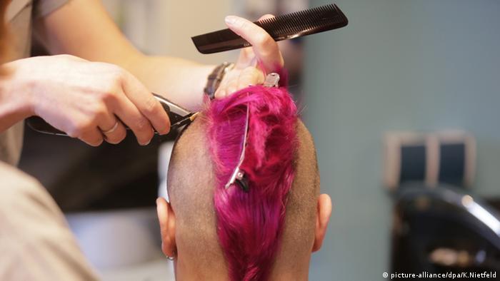 Friseur Iro Punk Irokesen Haarschnitt (picture-alliance/dpa/K.Nietfeld)