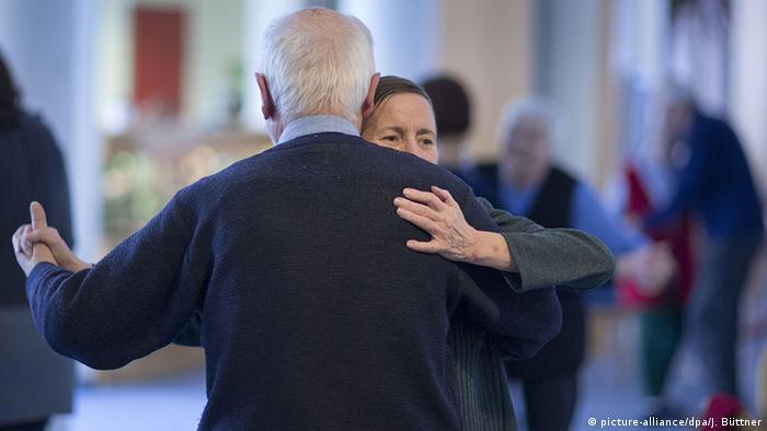 Una pareja de adultos mayores bailando.