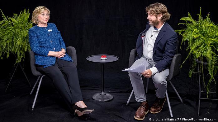 """Zwischen Zimmerpflanzen: Hillary Clinton in der Show """"Between Two Ferns"""""""