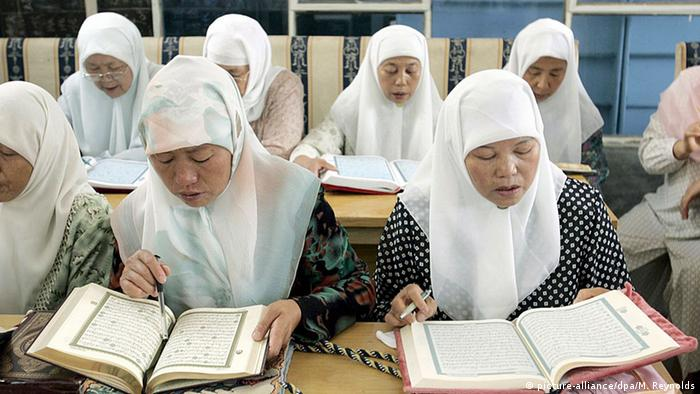 China Islamische Frauen lesen den Koran in Yinchuan (picture-alliance/dpa/M. Reynolds)