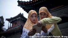China Hui-Mädchen vor der Niujie-Moschee