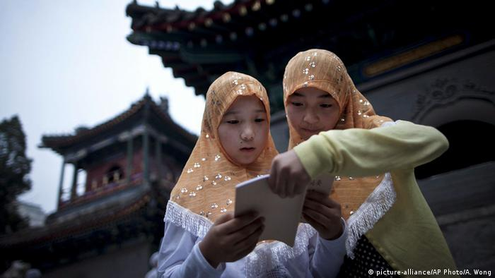 China Hui-Mädchen vor der Niujie-Moschee (picture-alliance/AP Photo/A. Wong)