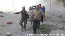 22.09.2016 ***ALEPPO, SYRIA - SEPTEMBER 22: Search and rescue team members evacuate casualties from the rubbles after the Syrian regime forces airstrikes hit Aleppo's opposition controlled Al-Ansari town, Syria on September 22, 2016. Ibrahim Ebu Leys / Anadolu Agency © picture-alliance/AA/Abaca/I. Ebu Leys