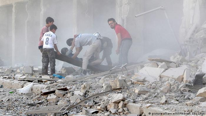 Morador é resgatado em meio a escombros em Aleppo