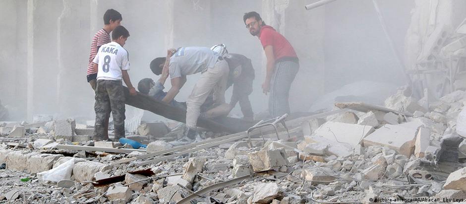 Morador é resgatado em meio a escombros: relatos são de que há dezenas de vítimas na cidade