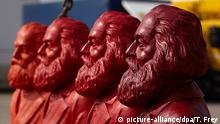 ARCHIV - Vier Farbvarianten der Karl-Marx-Figuren des Künstlers Ottmar Hörl werden am 04.04.2013 auf dem Gelände einer Kranfirma in Trier (Rheinland-Pfalz) vorgestellt. Foto: Thomas Frey/dpa (zu lrs Die Ausstellungsgesellschaft für die Karl-Marx-Schau 2018 stellt Pläne vor vom 28.09.2015) +++(c) picture-alliance/dpa/T. Frey