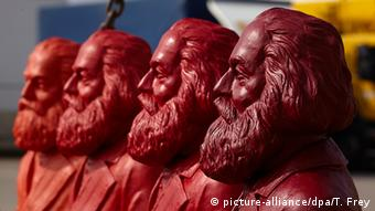 Red Karl Marx figures (picture-alliance/dpa/T. Frey)