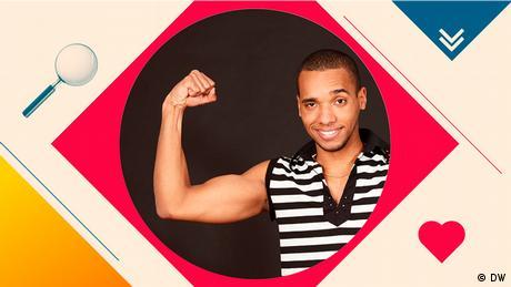 ein Mann zeigt wie ein Bodybuilder seinen Bizeps